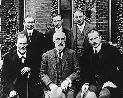 in foto da sinistra a destra: Sigmund Freud, Stanley Hall, C.G.Jung. Fila dietro, da sinistra a destra: Abraham A. Brill, Ernes