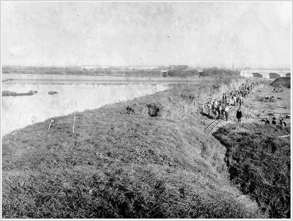 Porto Marghera - Costruzione dei primi banchinamenti in zona San Giuliano. 1919 ca