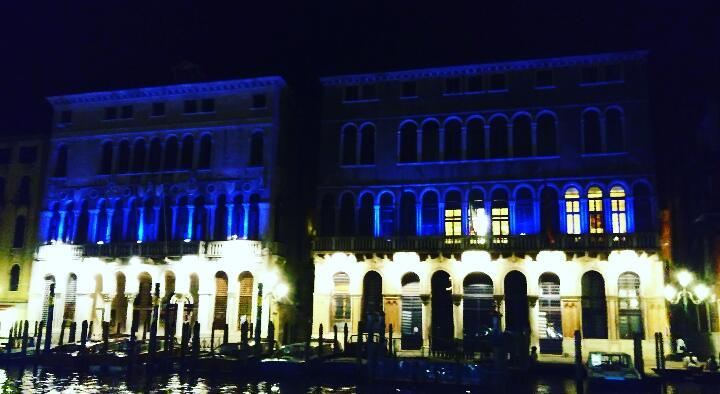 Ca' Farsetti e Ca' Loredan illuminate di blu