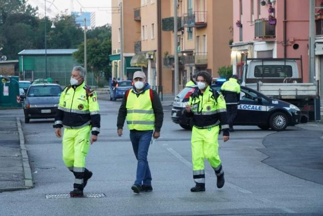 25 Ottobre Bomba day. I volontari sono impegnati nelle operazioni di evacuazione delle case a titolo preventivo.