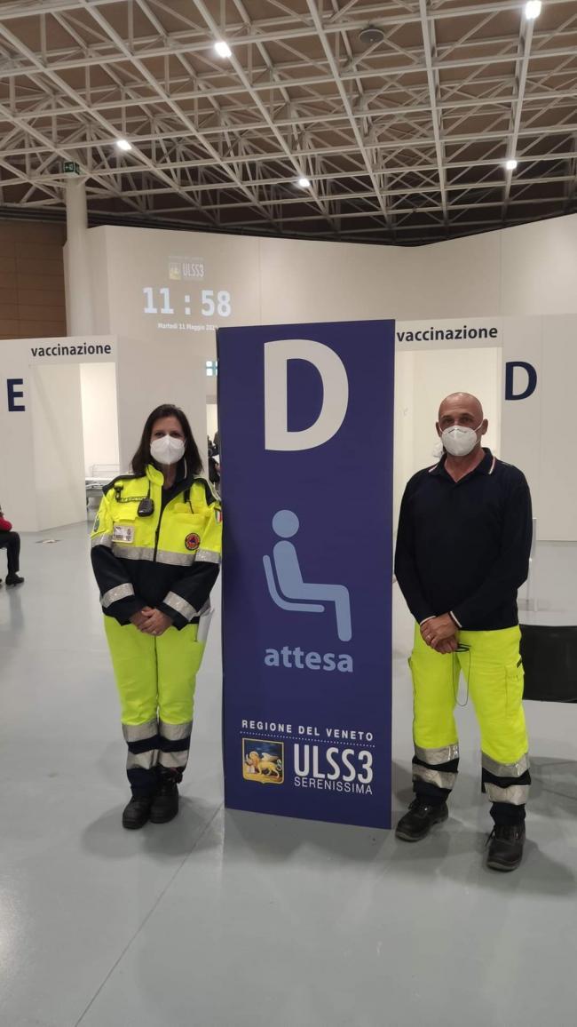 Volontari a supporto della cittadinanza presso l'area di attesa CVP