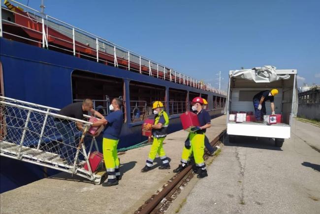 Volontari impegnati nel supporto marinai bloccati in porto