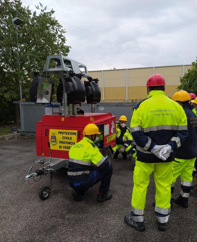 Ottobre. Esercitazioni pratiche di sicurezza per volontari di protezione Civile. I volontari imparano ad installaretare la torre faro