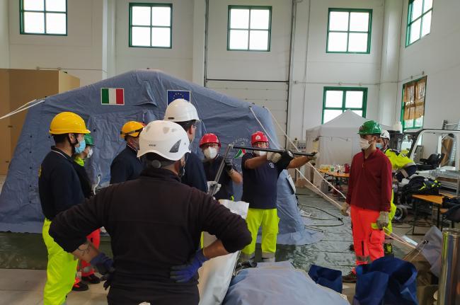 Ottobre 2020.Esercitazioni sulla sicurezza. I volontari di protezione civile imparano a montare le tende pneumatiche