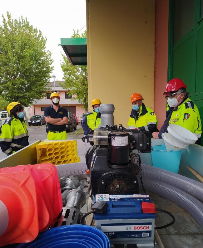 Corso sicurezza ottobre 2020. I volontari imparano ad utilizzare in modo corretto le motopompe.