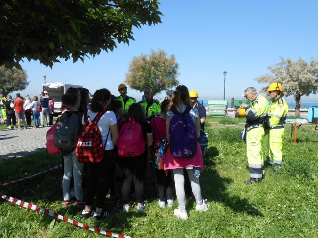 All'aria aperta i volontari insegnano ai bambini quali rischi possono incontrare nel quotidiano. Conoscere e proteggersi