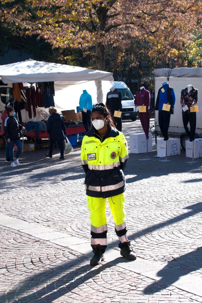 Volontaria impegnata in attività di controllo del rispetto della normativa anticovid al mercato di Marghera