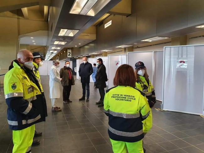 Marzo 2021_ I Volontari di Protezione Civile sono impegnati presso il terminal del porto nell'attività di supporto alla vaccinazione delle forze dell'ordine e sicurezza